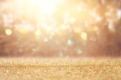 Foto abstrata borrada da explosão da luz entre árvores e luzes douradas do bokeh do brilho imagens de stock
