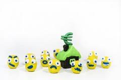 Foto abstrata com os smiley amarelos feitos da argila do jogo Imagem de Stock