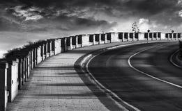 Foto abstrata da estrada suja em preto e branco, rua do granito, foto preto e branco, diagonal maneira, estrada, colunas, diagona Fotos de Stock Royalty Free