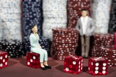 Foto abstrata do casino Jogo de pôquer no fundo vermelho Tema do jogo fotos de stock