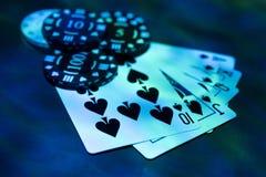 Foto abstrata do casino Jogo de pôquer no fundo vermelho Tema do jogo imagens de stock royalty free