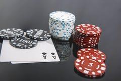 Foto abstrata do casino Jogo de p?quer no fundo vermelho Tema do jogo fotografia de stock