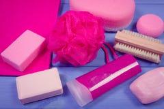 Foto, accesorios y cosméticos del vintage para la higiene personal en cuarto de baño, concepto de cuidado del cuerpo Fotos de archivo