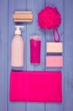 Foto, accesorios y cosméticos del vintage para la higiene personal en cuarto de baño, concepto de cuidado del cuerpo Imagen de archivo libre de regalías