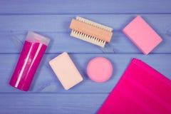 Foto, accesorios y cosméticos del vintage para la higiene personal en cuarto de baño, concepto de cuidado del cuerpo Fotografía de archivo