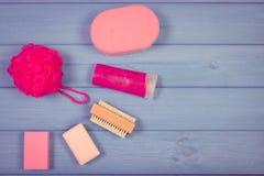 Foto, accesorios y cosméticos del vintage para la higiene personal en cuarto de baño, concepto del cuidado del cuerpo, espacio de Imagen de archivo libre de regalías