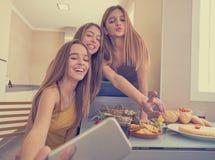 Foto adolescente del selfie de los mejores amigos de las muchachas que almuerza Foto de archivo libre de regalías