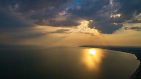 Foto aerea dal fuco di volo di un paesaggio affascinante della natura con il cielo drammatico di tramonto di sera immagine stock