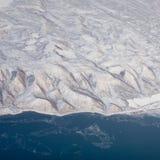 Foto aerea del bordo del lago e della regione moutainous Fotografie Stock Libere da Diritti