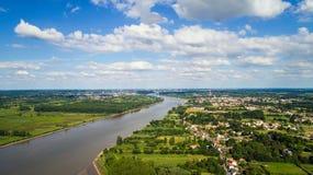 Foto aerea del fiume Loira nella città e in Coueron di Le Pellerin Fotografia Stock Libera da Diritti