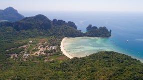 Foto aerea del fuco della spiaggia di Loh Lana Bay, parte dell'isola tropicale iconica di Phi Phi Fotografie Stock