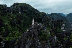 Foto aerea del fuco - donna accanto ad un santuario in cima ad una montagna nel Vietnam del Nord Hang Mua fotografia stock libera da diritti