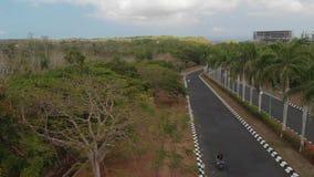 Foto aerea del fuco del motorino di guida delle coppie Isola di Bali fotografia stock