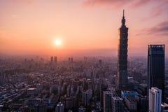 Foto aerea del fuco - tramonto sopra l'orizzonte di Taipei taiwan Il grattacielo di Taipei 101 ha caratterizzato immagini stock libere da diritti