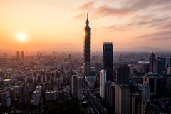 Foto aerea del fuco - tramonto sopra l'orizzonte di Taipei taiwan Il grattacielo di Taipei 101 ha caratterizzato immagini stock