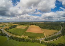 Foto aerea del paesaggio vicino alla città di Herzogenaurach in Baviera in Germania fotografia stock