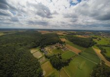 Foto aerea del paesaggio vicino alla città di Herzogenaurach in Baviera in Germania immagini stock