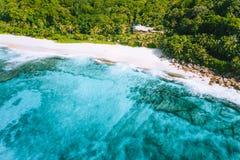 Foto aerea della spiaggia tropicale Anse Bazarca di paradiso bizzarro all'isola di Mahe, Seychelles Sabbia bianca, acqua del turc immagini stock