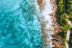 Foto aerea della spiaggia tropicale Anse Bazarca di paradiso bizzarro all'isola di Mahe, Seychelles Vacanze estive, viaggio e immagine stock
