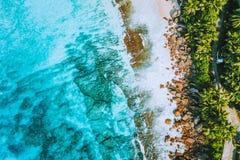 Foto aerea della spiaggia tropicale Anse Bazarca di paradiso bizzarro all'isola di Mahe, Seychelles Vacanze estive, viaggio e immagini stock libere da diritti