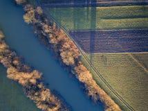 Foto aerea della valle del ghiacciaio e della foresta innevata f della foresta fotografia stock libera da diritti