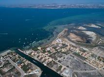 Foto aerea delle costruzioni, delle ville e della spiaggia su uno sputo naturale della manga della La fra il Mediterraneo e marzo fotografia stock libera da diritti