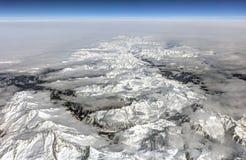 Foto aerea di HDR del paesaggio con le nuvole, le montagne nevose e la vista allunganti tutto il modo all'orizzonte Fotografia Stock