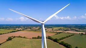 Foto aerea di un generatore eolico in un campo Fotografia Stock Libera da Diritti