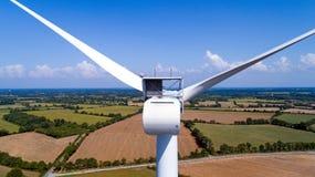 Foto aerea di un generatore eolico in un campo Fotografie Stock Libere da Diritti