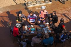 Foto aerea di un gruppo di riposo dei ciclisti fotografia stock libera da diritti