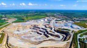Foto aerea di una cava di pietra in Rouans Fotografia Stock