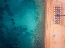 Foto aerea di una spiaggia con gli ombrelli di spiaggia fotografia stock