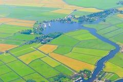 Foto aerea di vista superiore degli stabilimenti e dei campi Fotografia Stock