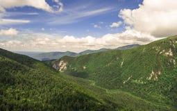 Foto aerea Valle della montagna Paesaggio di estate con il pe della montagna Fotografia Stock