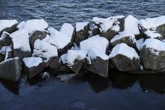 Foto agradável dos detalhes de pedras nevado na água no inverno Imagem de Stock
