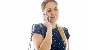 Foto aislada del primer de la mujer rubia joven con el bolso que habla por el teléfono móvil Fotografía de archivo libre de regalías