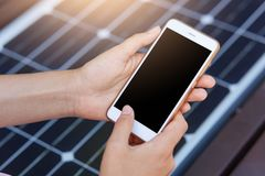 Foto all'aperto del telefono cellulare harging della persona anonima via USB Incarico pubblico sul banco del pannello solare sull fotografie stock libere da diritti
