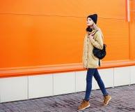 Foto all'aperto di modo di camminata fresca della ragazza dei pantaloni a vita bassa alla moda immagini stock