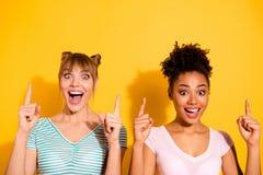 Foto alta vicina belle due persone lei la sua diversità emozionante positiva dei colleghi dei compagni di signora del modello alz fotografia stock libera da diritti