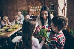 Foto alta vicina dei parenti riuniti in tavola della casa poco piccola fotografie stock