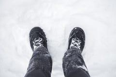Foto alta vicina dei piedi maschii in neve fotografie stock libere da diritti