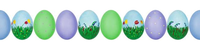Foto alta vicina delle uova di Pasqua dipinte a mano variopinte con struttura del guscio d'uovo in una fila Reticolo senza giunte fotografie stock