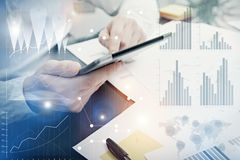 Foto-Analytik-Abteilungs-Arbeitsmarkt-Diagramme Banker-Manager-Arbeitsprozess Benutzen Sie Digital-Geräte Grafische Ikone, weltwe Lizenzfreie Stockfotos
