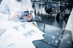Foto-Analytik-Abteilungs-Arbeitsmarkt-Diagramme Geschäftsmanagerarbeitsprozess Benutzen Sie Digital-Geräte Grafische Ikone, weltw Lizenzfreies Stockfoto
