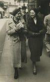 Foto antica di originale 1945 - ragazze che camminano nella città Immagini Stock Libere da Diritti