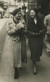 Foto antiga do original 1945 - meninas que andam na cidade Imagens de Stock Royalty Free