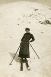 Foto antigua de la original 1900 - esquiador imagenes de archivo