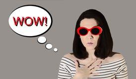 Foto ao estilo do pop art Mulher cômica nova em parte superior listrada imagem de stock