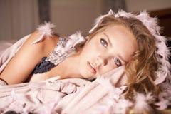 Foto apacible con la muchacha en colores rosados y amarillos Imágenes de archivo libres de regalías