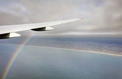 A foto aérea da paisagem e Japão costeiam em torno da baía do Tóquio que estica toda a maneira ao horizonte durante o arco-íris Imagens de Stock